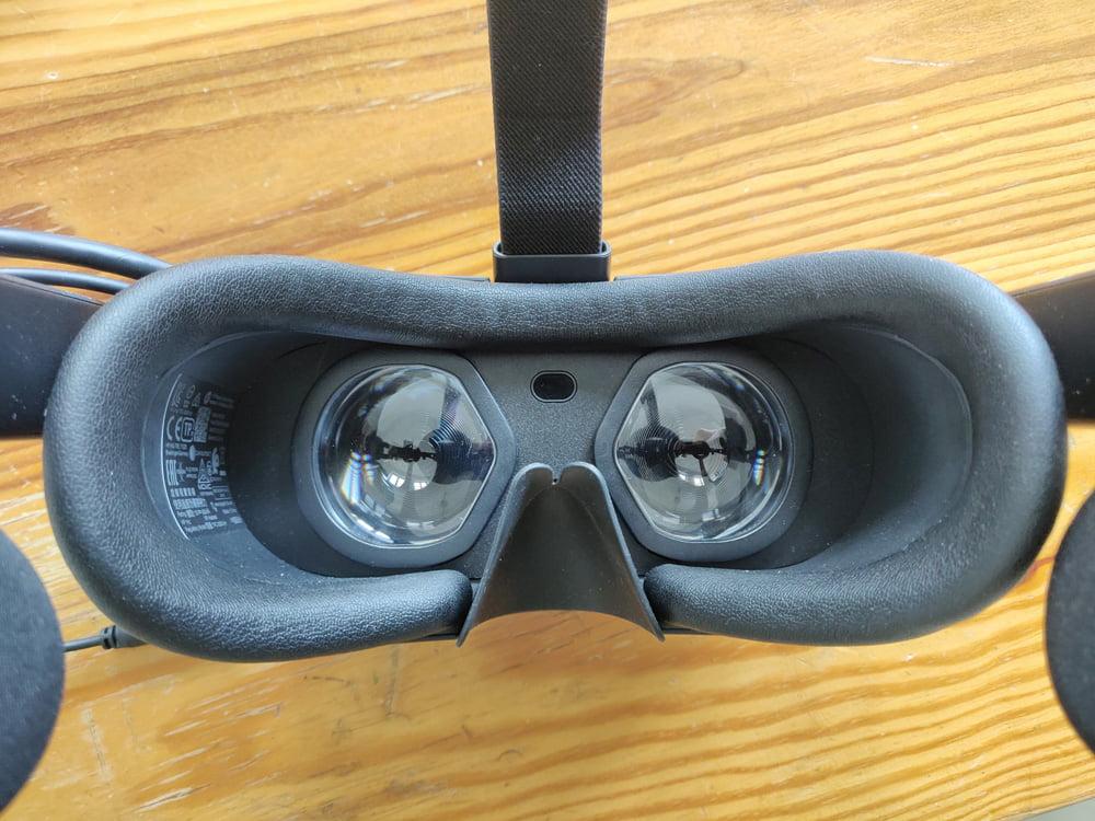 Das Gesichtspolster ist sehr bequem. Dank der ...äh... Nasenlappen kommt kein Umgebungslicht in die VR-Brille.