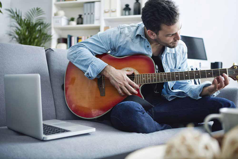 "Auf diesem Bild erkannt: ""Appears to be: Person playing guitar on the sofa."" Bild: Google"