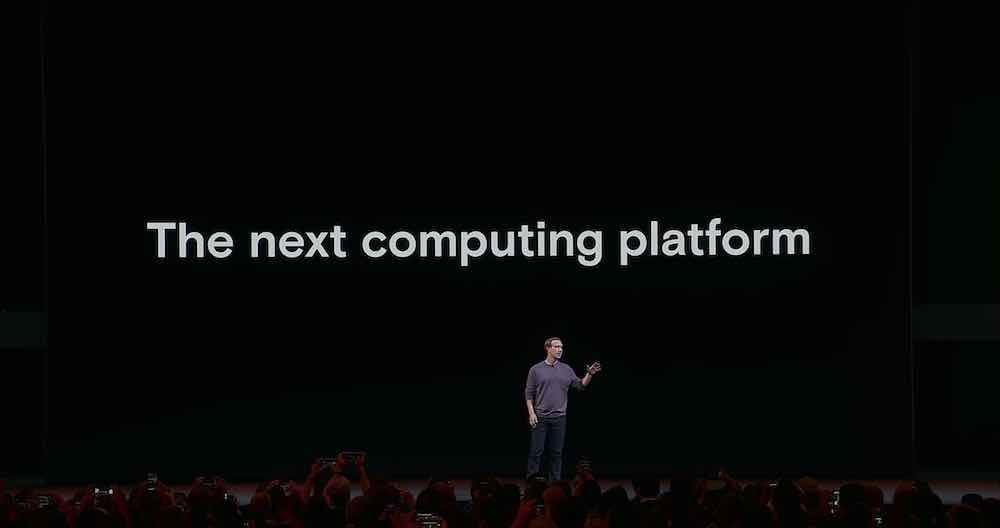 """Facebook-Chef Mark Zuckerberg steht auf der Bühne bei der Fachkonferenz Oculus Connect. Im Hintergrund sieht man die Aufschrift """"The Next Computing Platform""""."""