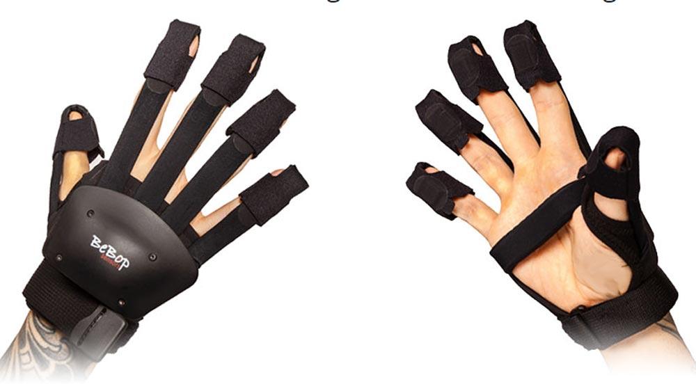 Die Bebop-Datenhandschuhe werden zu Quest-Handschuhen, indem der Quest-Controller am Handrücken befestigt wird. Bild: Bebop