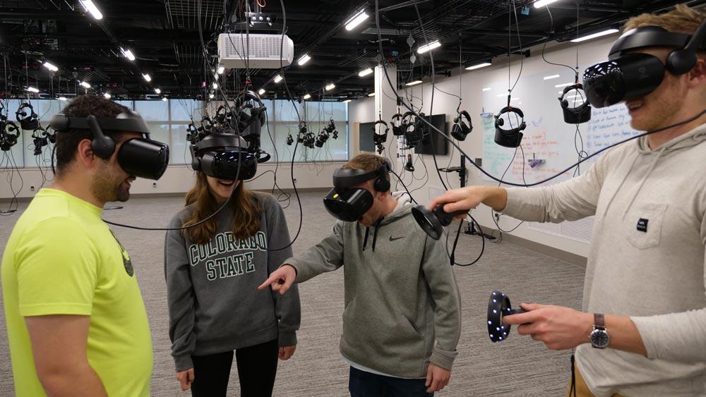 Ein Vorteil am VR-Kadaver: Er riecht nicht. Da kann man auch mal Spaß bei der Obduktion haben. Bild: Colorado State Universität