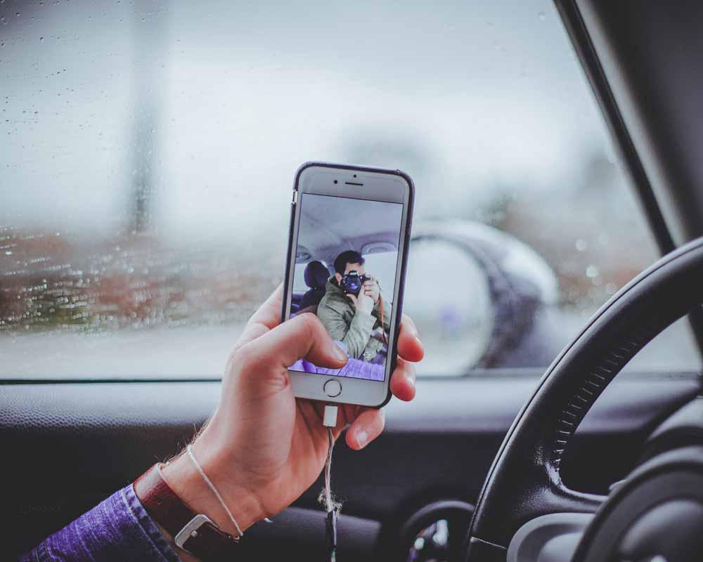 Die niederländische Polizei will Smartphone-Sündern am Steuer mit einem KI-Blitzer nachspüren.