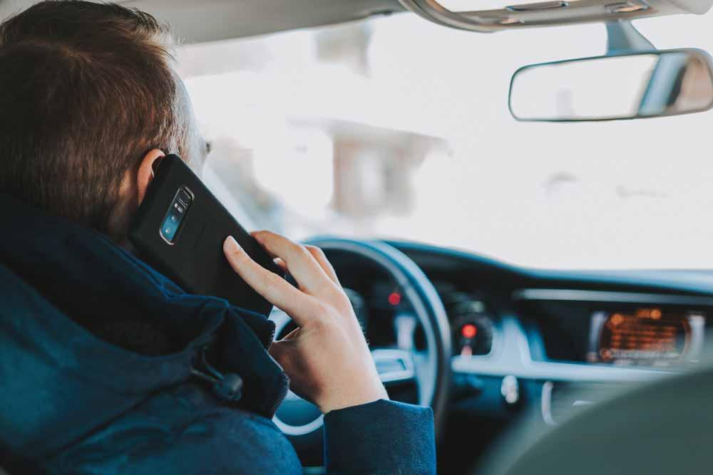 Smartphone am Steuer wird teuer: Die KI erkennt per Objekterkennung Smartphones auf einem Blitzer-Foto - aber dafür muss das Smartphone auch durch die Windschutzscheibe zu sehen sein.