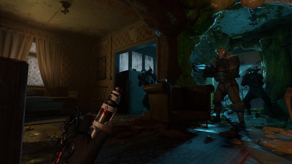 Virtuelle Hände mit Heilspritze in half-Life: Alyx, während Combine-Soldaten im Durchgang stehen