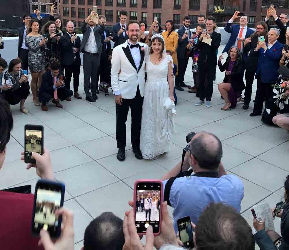 Die Gäste versammelten sich im Kreis um das Brautpaar und lösten im gleichen Moment aus. Aus den Einzelbildern wurde dann mit einer Spezialsoftware das Hologramm rekonstruiert. Bild: Lisbeth Kaufman