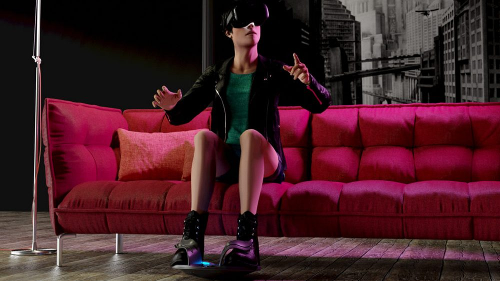 Frau auf Couch nutzt 3dRudder mit der Oculus Quest