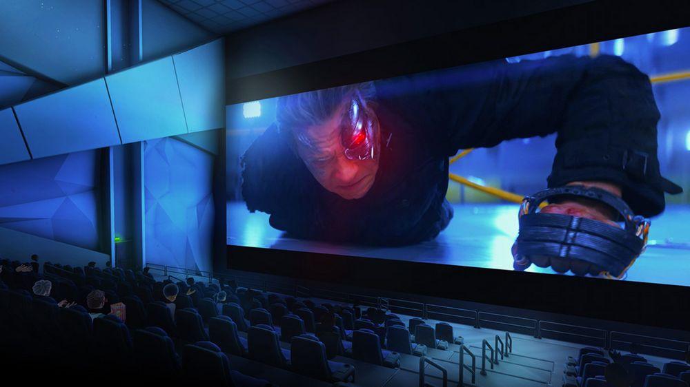 VR-Kino in Bigscreen Cinema mit Kinosaal und Besuchern