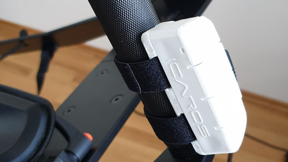 Icaros Home Controller an vertikalem Handgriff
