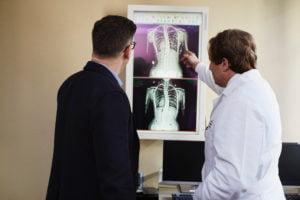 Neue Google-KIs können Röntgenaufnahmen von Lungen analysieren und erreichen bei ihren Diagnosen das Niveau von Radiologen.