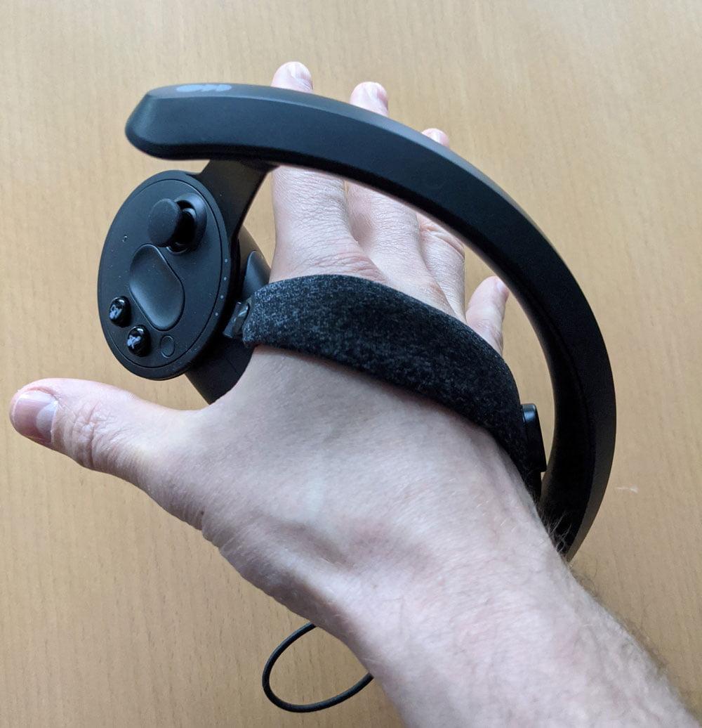 Auch mit geöffneter Hand sitzt der Controller fest an meiner Hand. In der virtuellen Welt hat mein Charakter die Hand ebenfalls geöffnet. Das ist praktisch, wenn man ein VR-Objekt greifen oder werfen will. Bild: MIXED