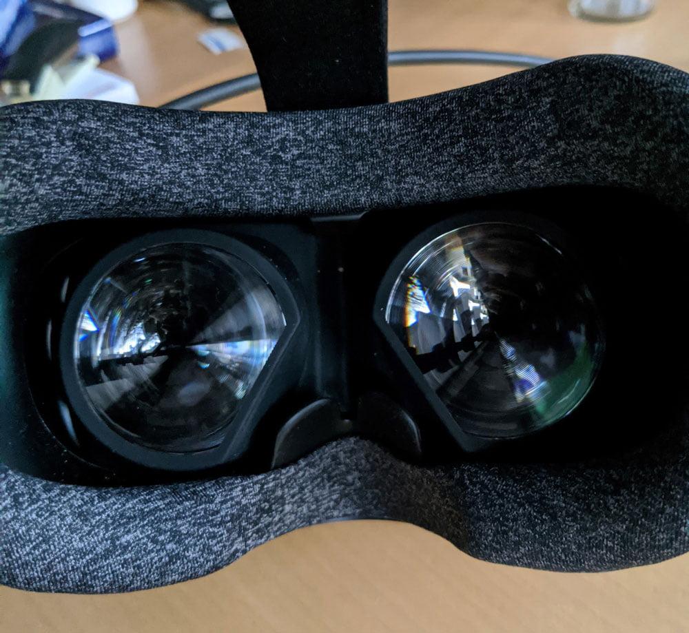 Mit etwas größeren Linsen und leicht geneigten Displays schafft Valve eine Sichtfeldweite von bis zu 130 Grad. Das weiche Polster schützt das Gesicht vor Anpressdruck. Bild: MIXED