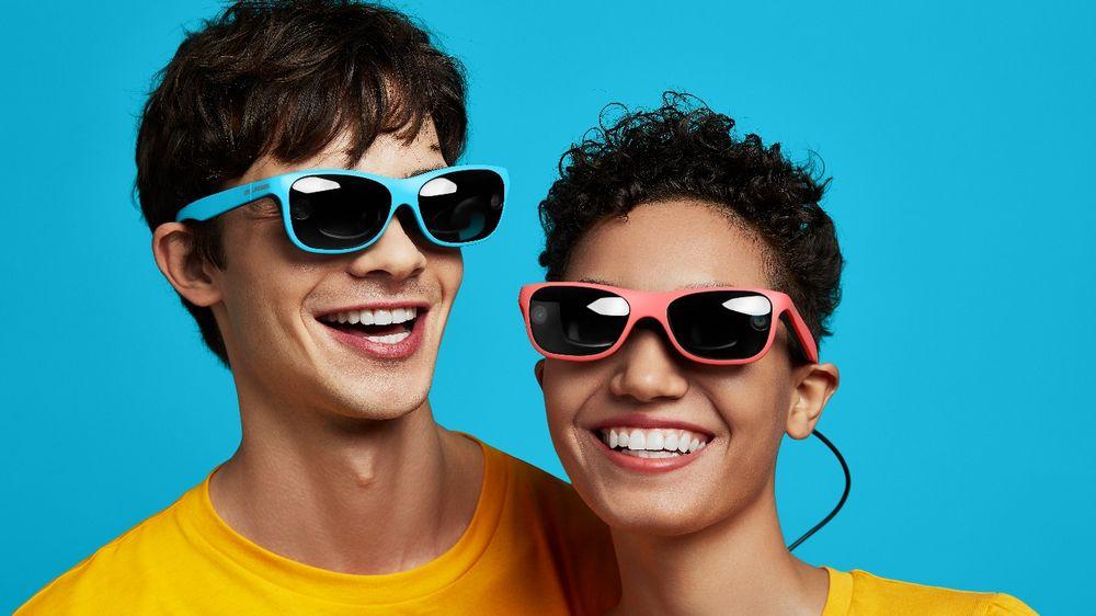AR Brille RealX von 0glasses, von einem mann und einer Frau getragen