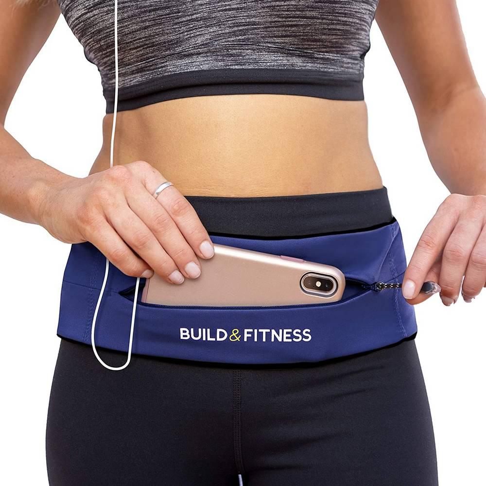 Frau trägt Fitenssgürtel von Build & Fitness
