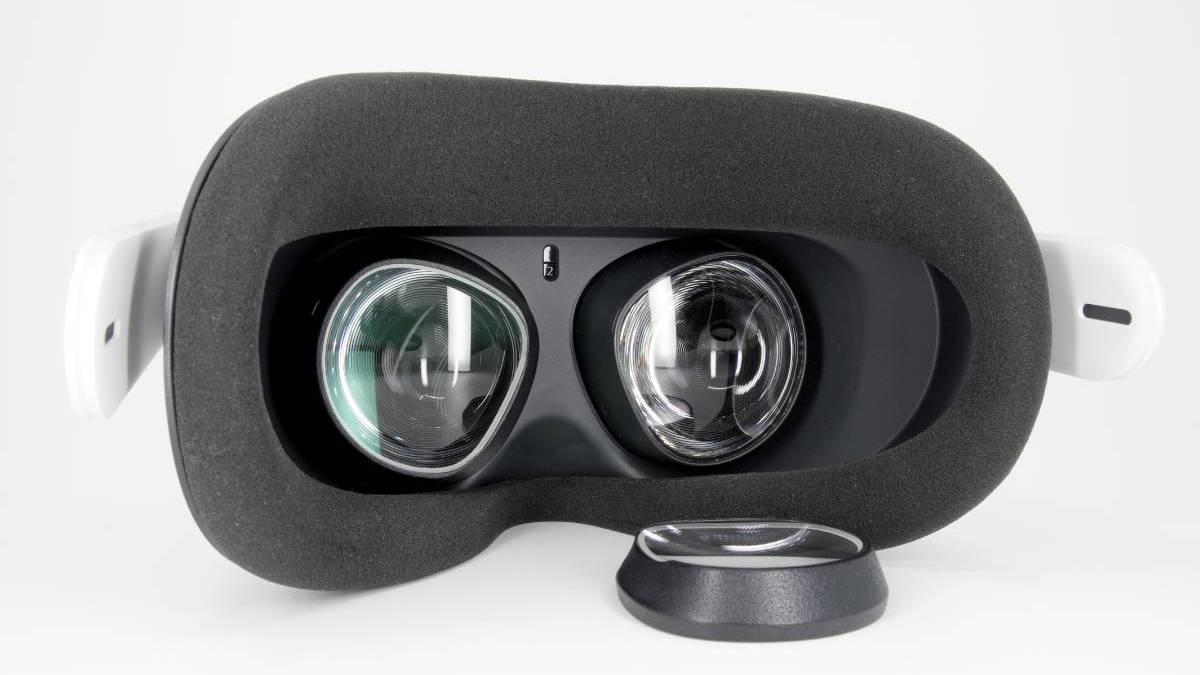Blick auf die Linsen der Oculus Quest 2, davor ein Sehstärkeeinsatz vom VR Optiker