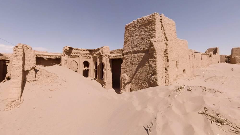 Verlassene Gebäude in einer Oase in Marokko, der Sand überrollt alles