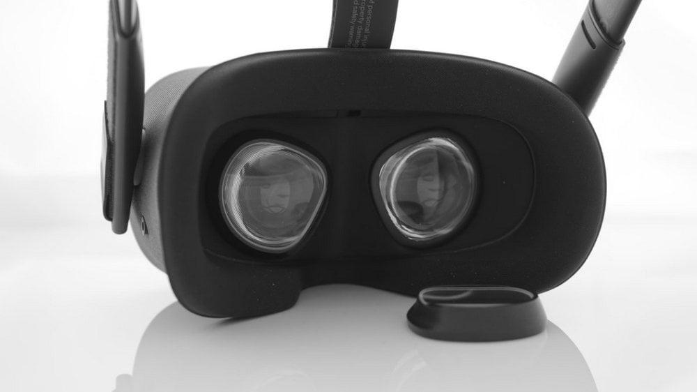 Oculus Quest, davor liegt ein Sehstärke-Linsen-Einsatz vom VR Optiker