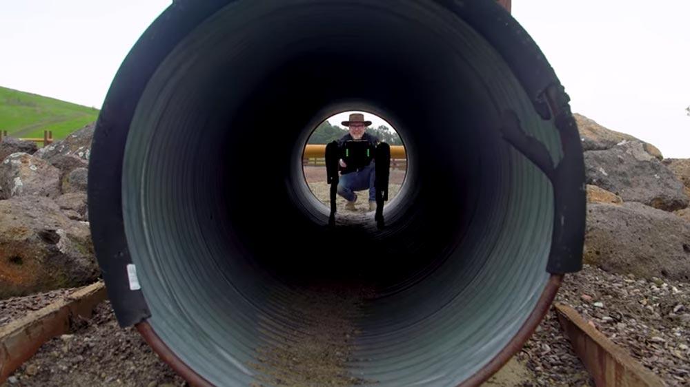 Der Youtuber, Ingenieur und Bastler Adam Savage testet ein Jahr lang die Fähigkeiten von Spot. Bild: Tested / Savage (Screenshot bei YouTube)