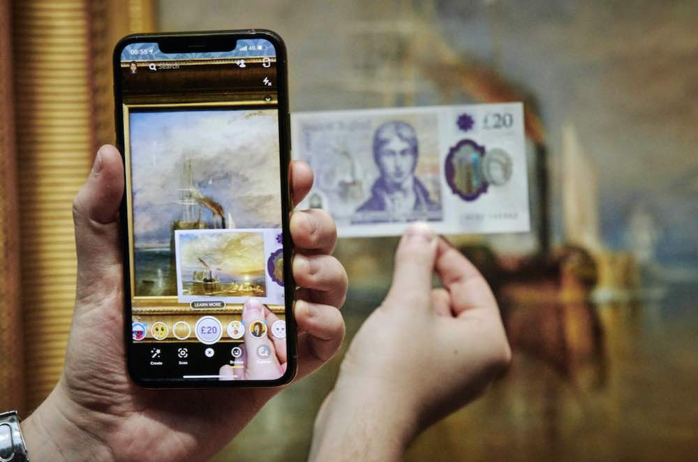 Die Bank of England wirbt mit einem AR-Effekt für die neue 20-Dollar-Banknote.