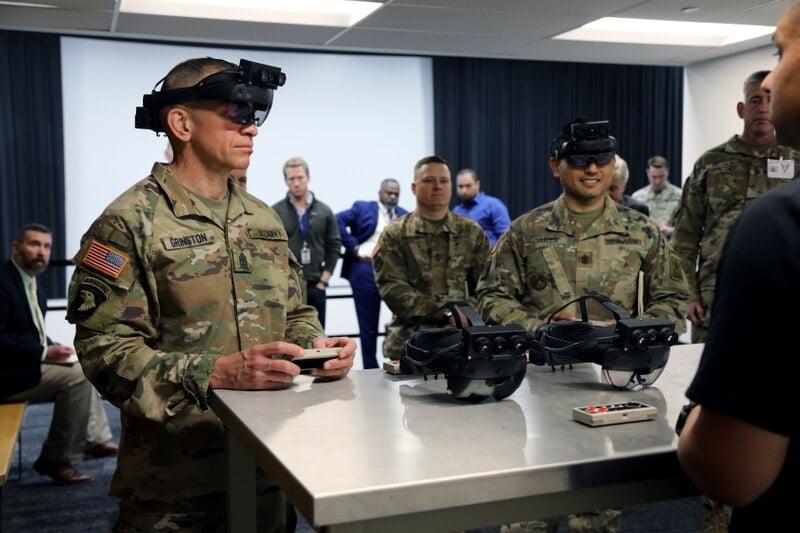 Die AR-Brille ist so teuer, dass das US-Militär als Sparmaßnahme für die Bedienung alte NES-Controller reaktiviert hat. Bild: Courtney Bacon / US Army