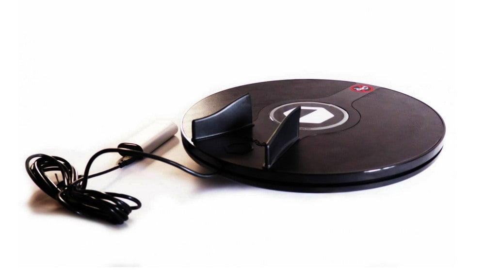Bild des 3DRudder Pro Wireless mit einer an das USB-Kabel angeschlossenen Powerbank