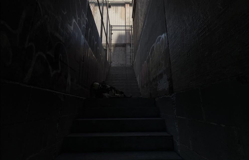 Düsterer Treppenaufgang in Half-Life: Alyx
