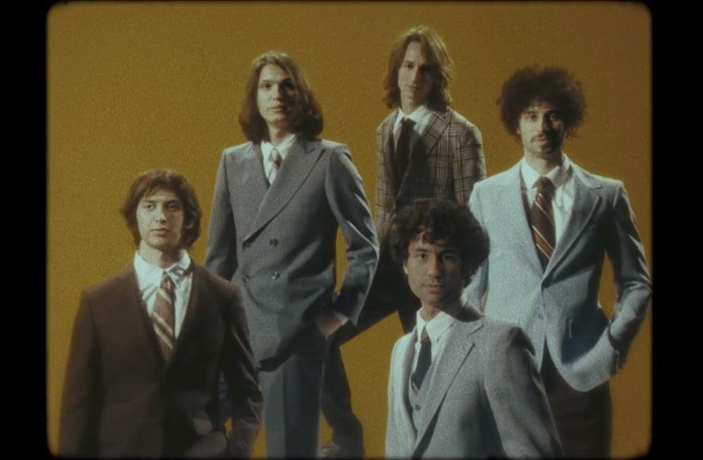 The Strokes sehen in ihrem neuen Musikvideo dank Deepfakes wieder wie vor zwanzig Jahren aus.