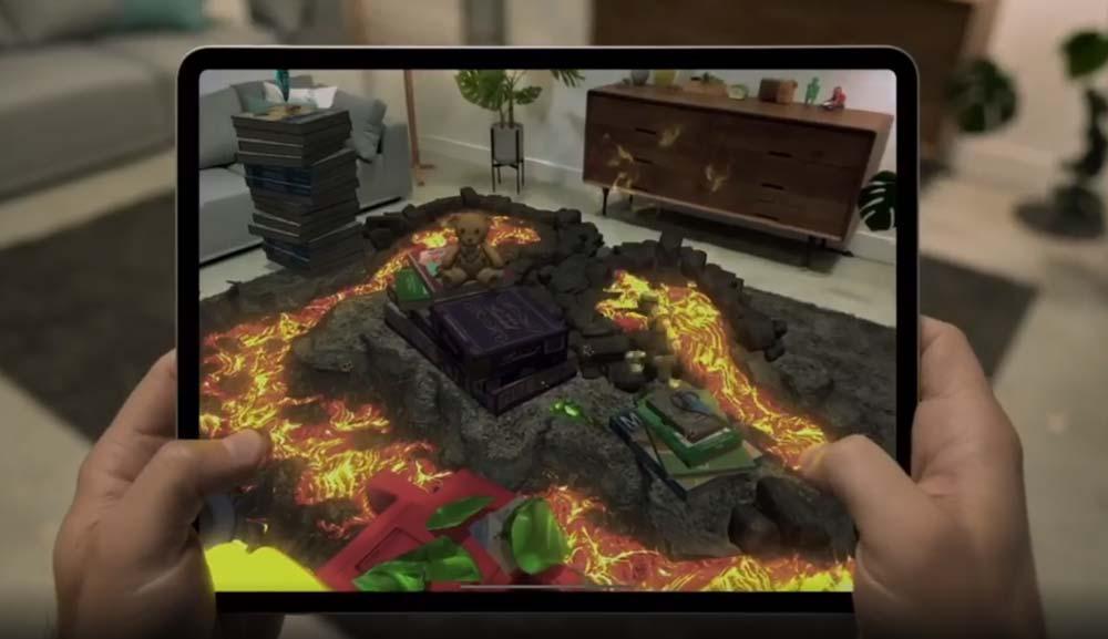 Eine digitale Spielwelt wird durch eine iPad-Kamera in den Raum projiziert.