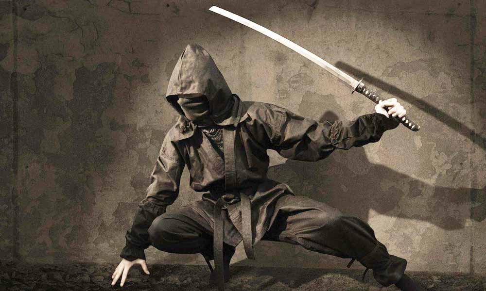 Ein Ninja ist in der Hocke mit gezücktem Schwert