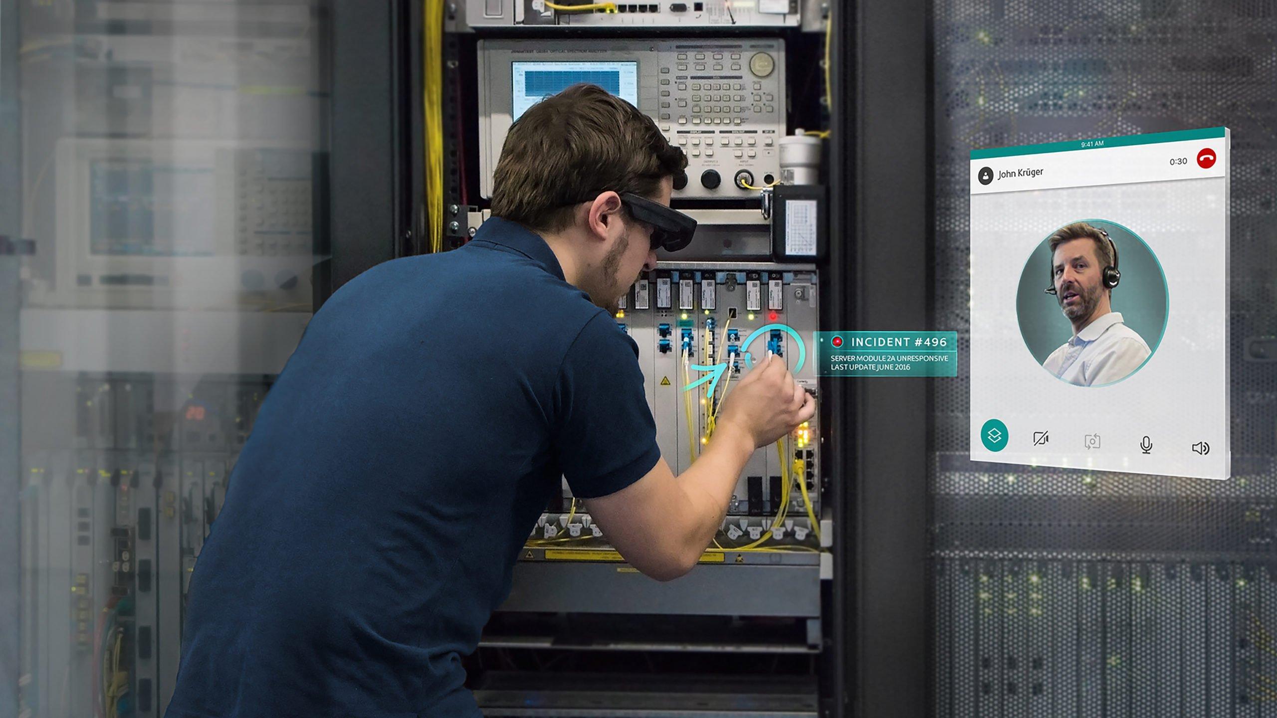Reflekt Remote zeigt Arbeiter, der von zugeschaltetem Experten AR-Markierungen an einem Schaltkasten bekommt