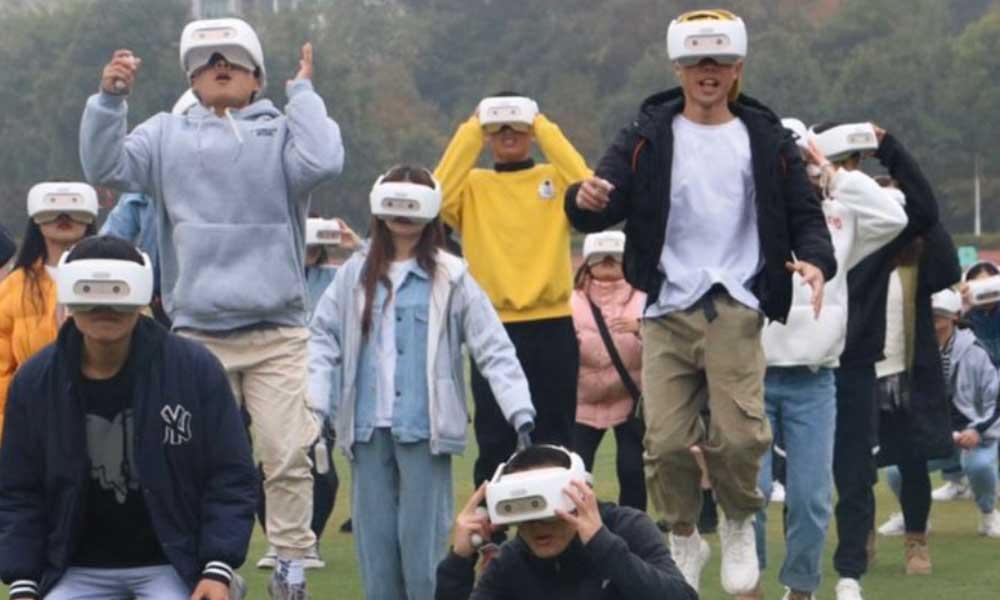 Frühsport in VR: Hunderte chinesische Schüler hüpfen mit einer VR-Brille auf dem Kopf