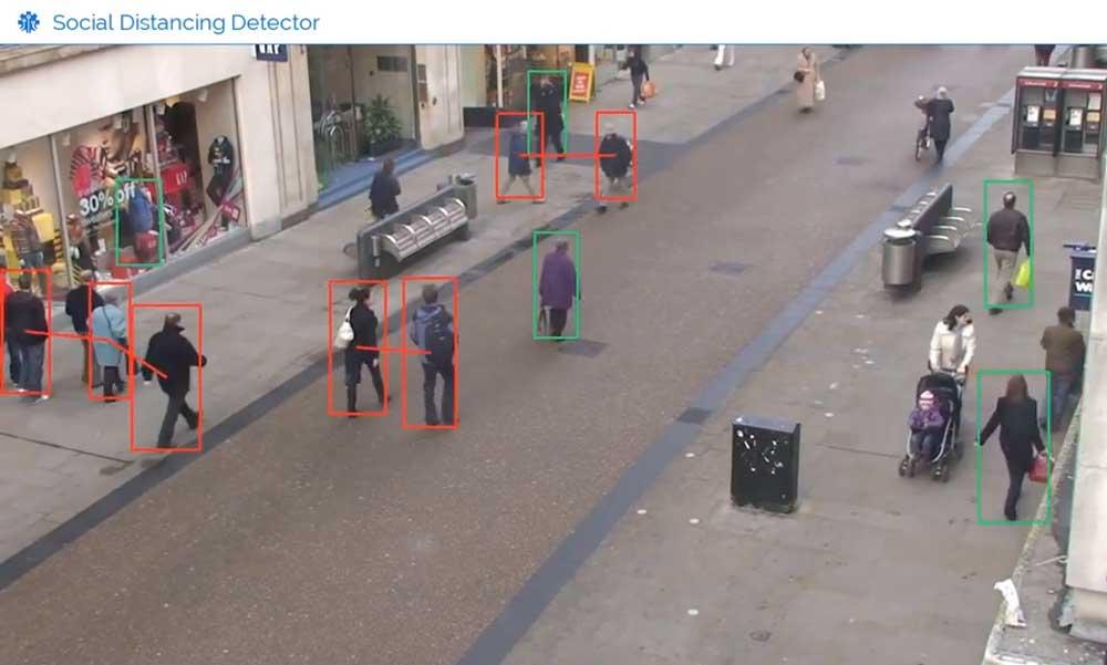 Fußgänger werden von einer KI identifiziert und ihr Abstand erfasst.