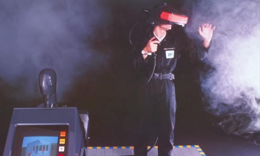 Ein Mann trägt eine VR-Brille und benutzt einen VR-Arcade von Virtuality, um in die Virtual Reality abzutauchen