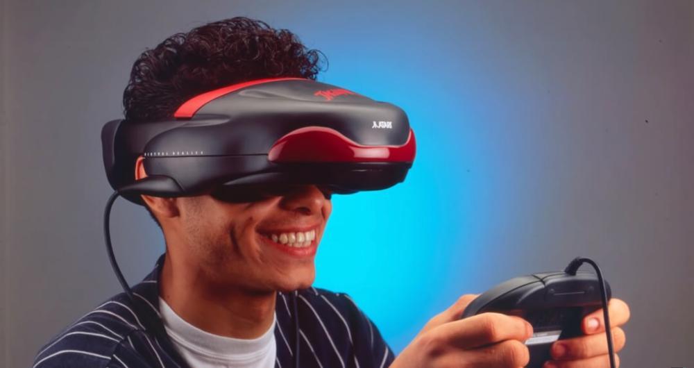 Ein junger Mann trägt die VR-Brille des Atari Jaguar und hält einen Controller in den Händen