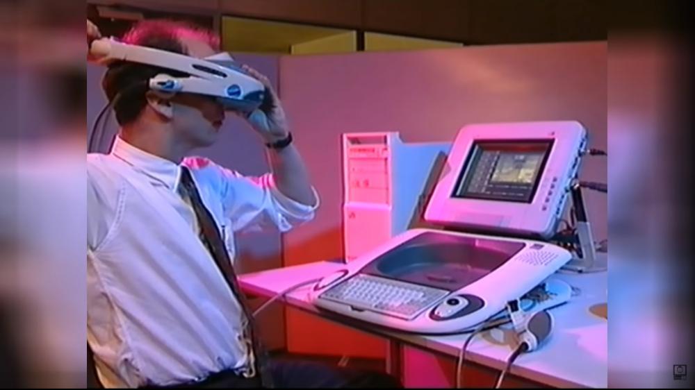 Ein Mann setzt sich die VR-Brille Visette 2 des Project Elysium-Systems auf