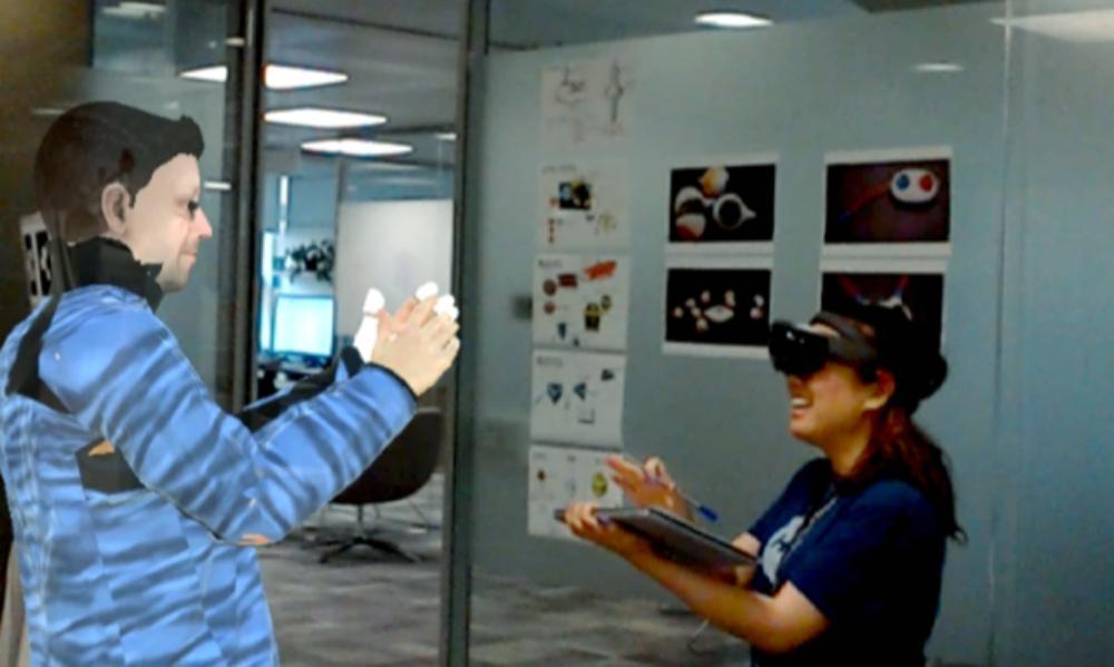 Ein AR-Nutzer kommuniziert mit eine AR-Avatar über Microsoft VROOM