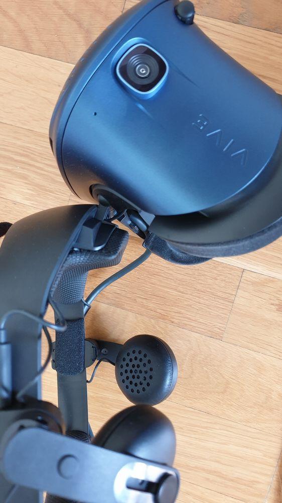 Vive Cosmos VR-Brille mit hochgeklapptem Visier