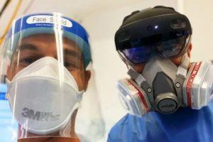 Ein Arzt trägt Schutzmaske, der andere Hololens 2.