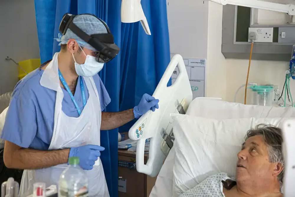 Telepräsenzmedizin: Ein Arzt macht Visite, die restlichen schauen per Brillenvideo zu. | Bild: Microsoft