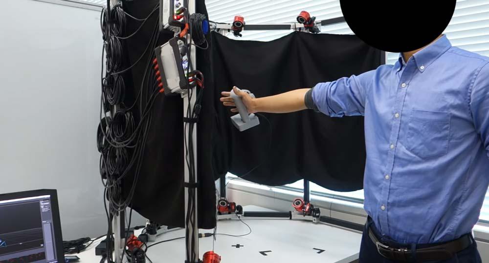 Das Setup der Sony-Forscher für die Erhebung der Trackingdaten. Für das optische Tracking wurde ein Optitrack-System eingesetzt. Dem Controller-Prototyp reichen anschließend die kapazitiven Sensoren für eine präzise Fingererfassung. Bild: Sony