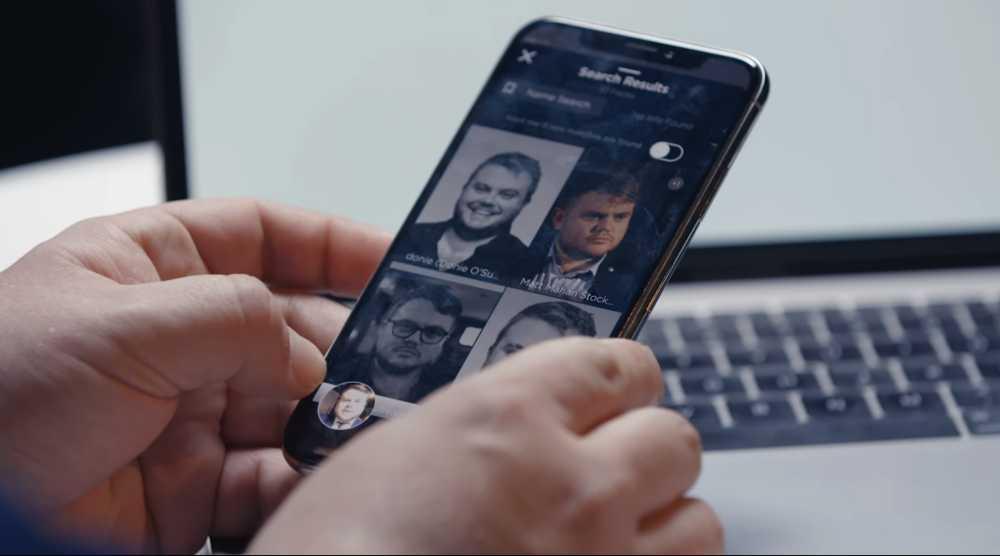 Die Gesichtserkennungs-App Clearview auf einem Smartphone.