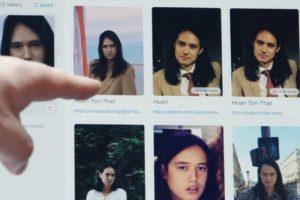 """Ein Zeigefinger deutet auf die Suchergebnisse der Gesichtserkennungs-App """"Clearview"""" auf einem Laptop."""