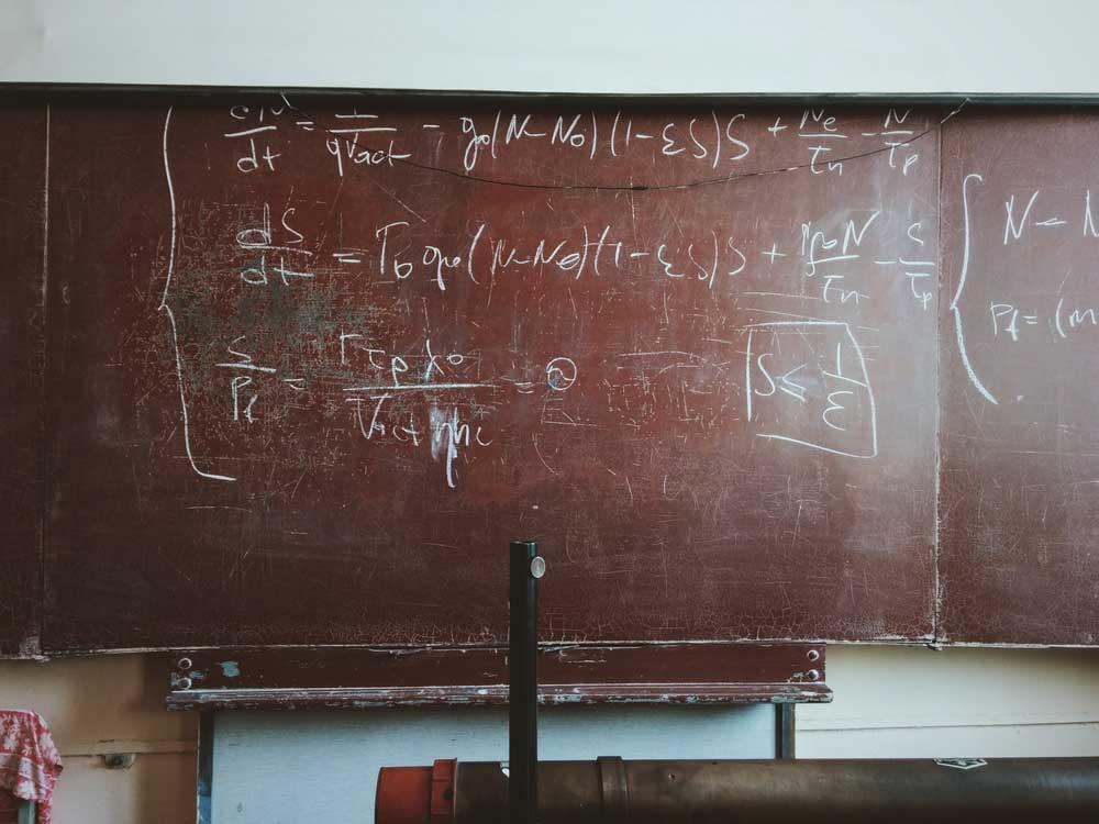 Eine neue KI rekonstruiert das zweite newtonsche Gesetz und entdeckt eine bisher unbekannte Formel für die Masse-Berechnung dunkler Materie. Kann KI die Wissenschaft automatisieren?