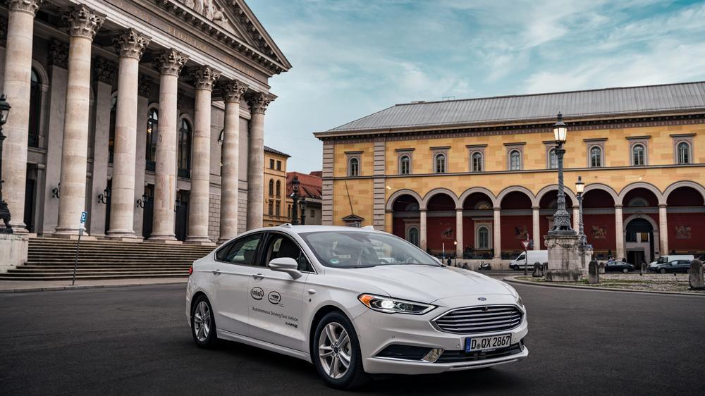 Ford mit autonomem Fahrsystem von Intel und Mobileye steht auf einem Platz in München