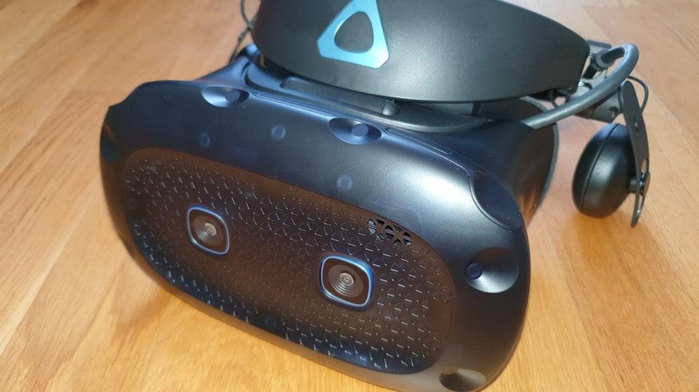 VR-Brille Vive Cosmos aus der Nähe, Frontplatte mit SteamVR Sensoren ist gut zu erkennen