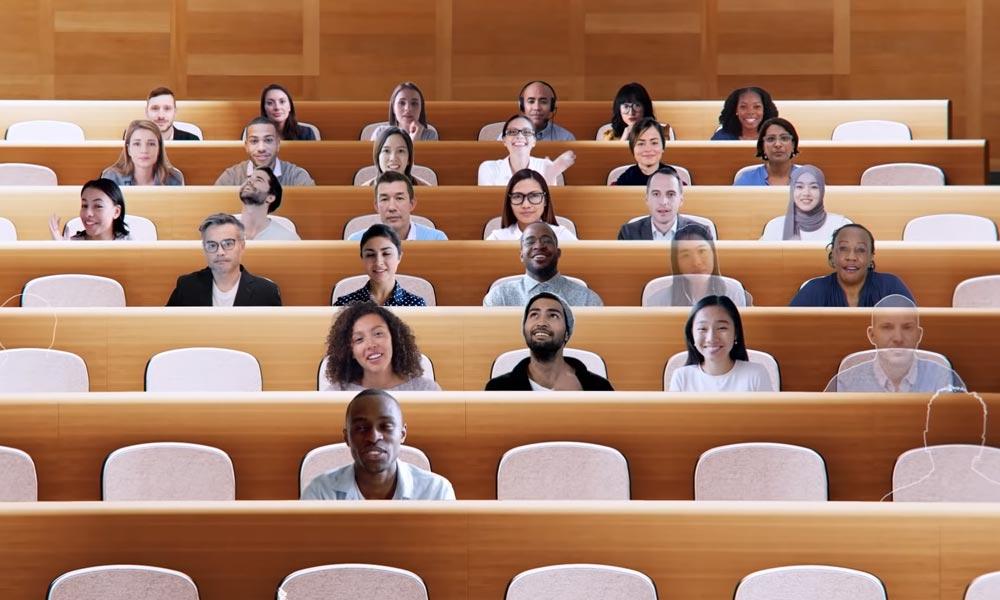 Video-Avatare von Meeting-Teilnehmern sitzen in einem virtuellen Hörsaal.