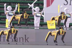 Die beiden Roboter Spot und Pepper tanzen wie Cheerleader während eines Baseball-Spiels.