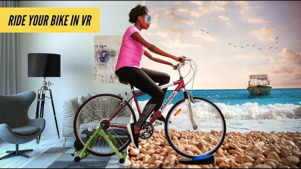 Eine Frau fährt mit ihrem Fahrrad dank VR-Brille und Blync durch virtuelle Landschaften.