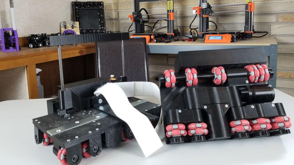 Ansicht der VR-Rollschuhe des Bastlers Finally Functional von der Seite und von unten, in seiner Werkstatt