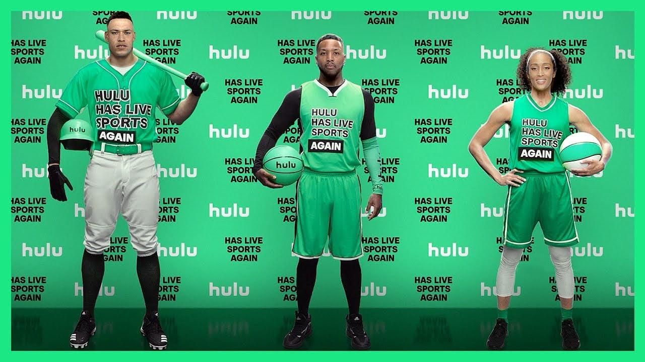 US-Sportler stehe vor einer Hulu-Werbeleinwand. Ihre Gesichter wurden per Deepfake auf den Körper gesetzt.