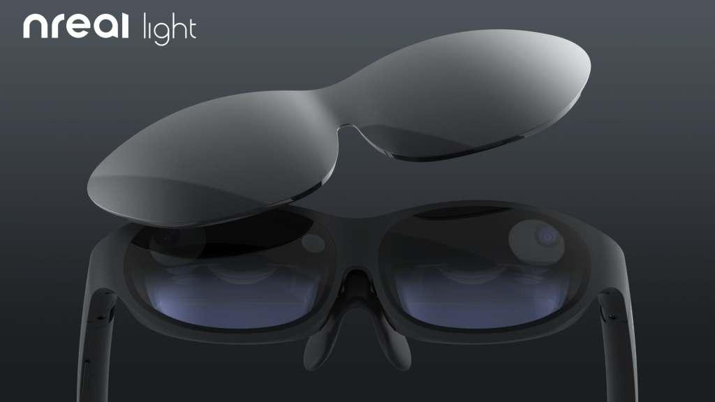 Die Nreal-Brille kommt mit einer Linsenabdeckung, durch die man die AR-Brille in eine Art VR-Modus schalten kann, beispielsweise um besser Filme anzusehen. | Bild: Nreal
